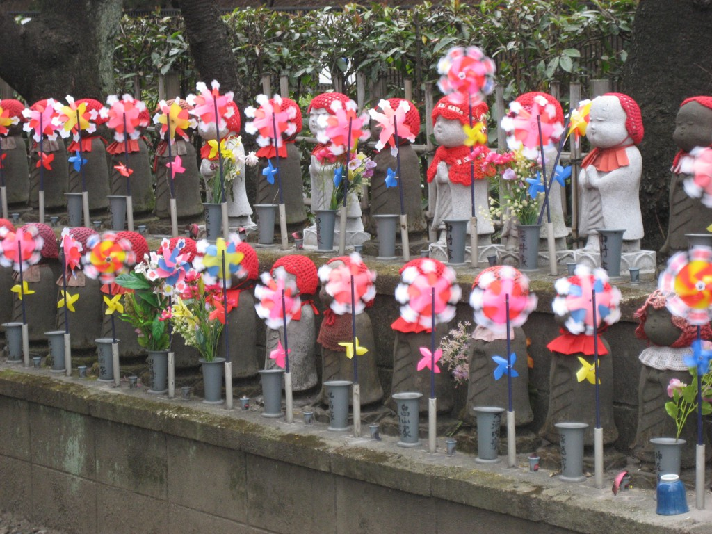 Jizo statues along the side of Zojo-ji. (Photo: Brian Cramer)